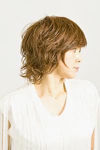 大人女性のヘアスタイル|ミディアムにパーマの髪型