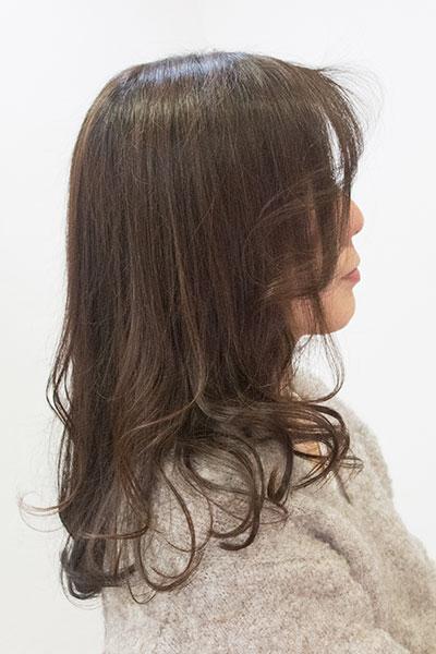40代からの大人の女性に人気のヘアスタイル|毛先にワンカールのロングヘアーの髪型
