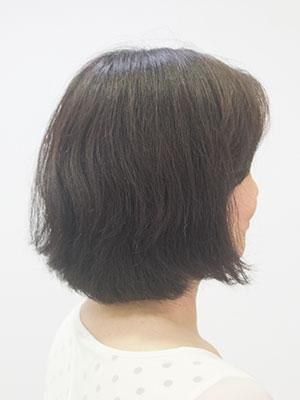くせ毛の跳ねる髪