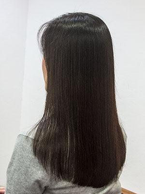 トリートメントしてツヤツヤの長い髪