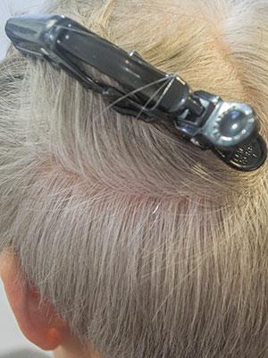 淡い白髪染めの50日後の目立たない根元の白髪