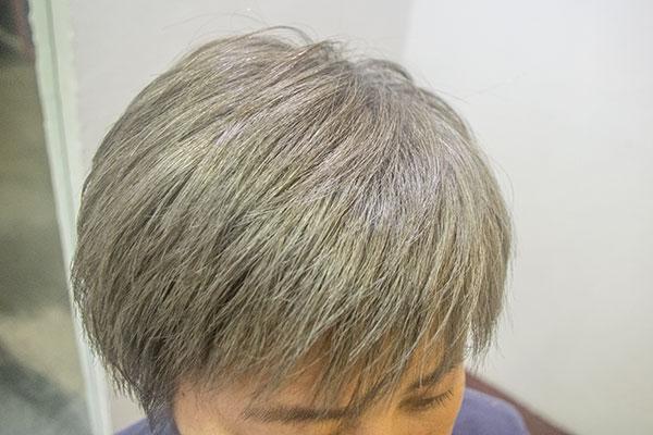 白髪を生かしてグレイに染める
