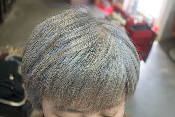 白髪をチャコールグレイに染める
